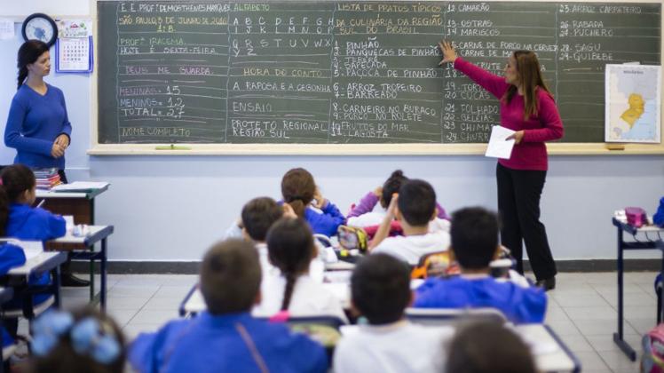 Projeto de lei reduz período de afastamento e beneficia 27 mil professores temporários