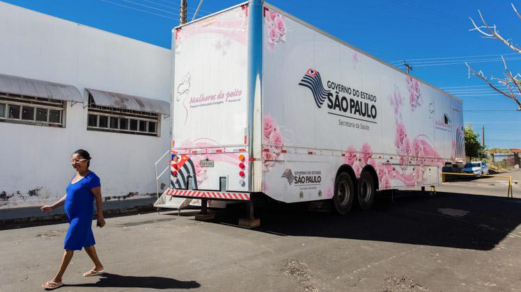 Mulheres de Cássia dos Coqueiros recebem atendimento na carreta da mamografia