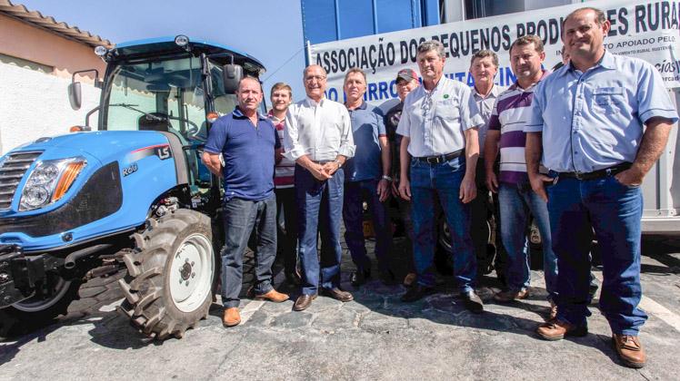 Entrega de veículos, novos decretos e parcerias marcam o Dia do Agricultor