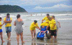 Programa Praia Acessível oferece apoio a pessoas com deficiência