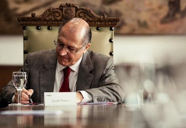 Alckmin eleva em 10% salário de 18 mil professores da rede estadual