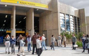 Estação Pinheiros da CPTM recebe banda Theo Mizú