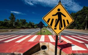 Cuidados como atravessar a rua na faixa podem salvar vidas