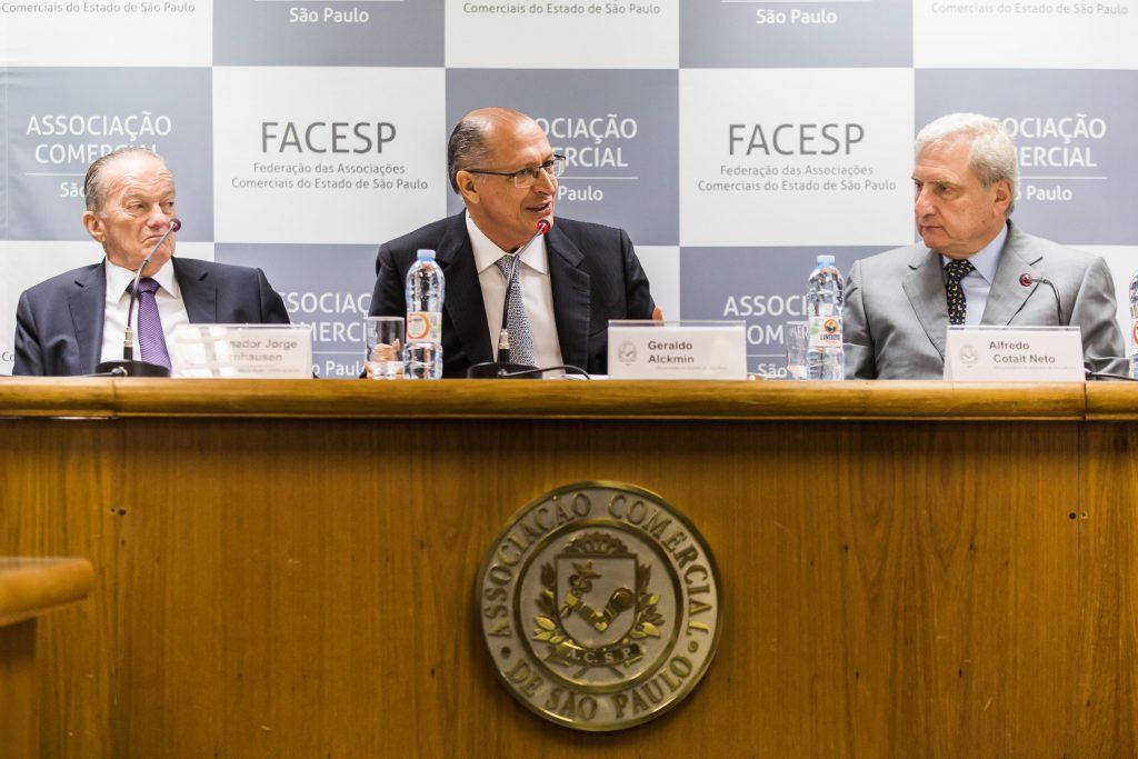 Bornhauser (esq.) e Cutait Neto (dir.) da ACSP, com o governador Geraldo Alckmin, convidado especial da reunião