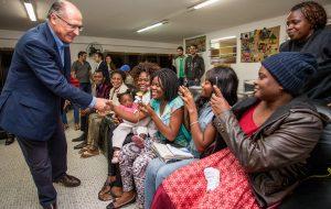 Alckmin visita casa de acolhimento a refugiados em São Paulo