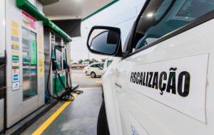 Operação conjunta fiscaliza postos de combustíveis em São Paulo