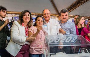 Alckmin participa do sorteio de 95 moradias em Ariranha
