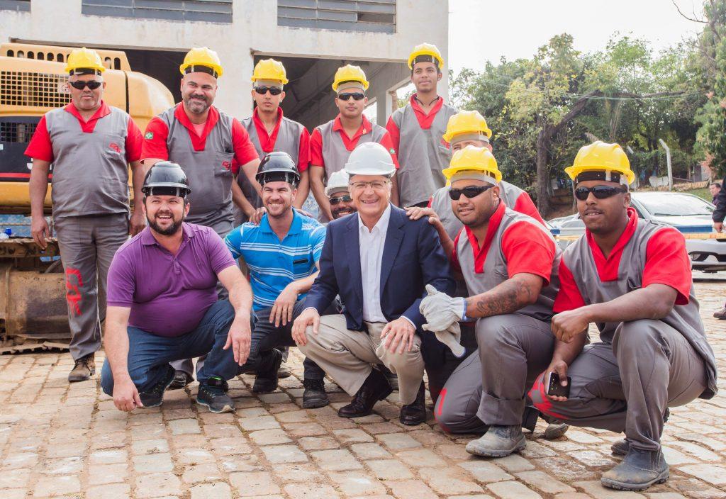 Alckmin confraterniza com operários na área em que será construído o AME 416752e2577