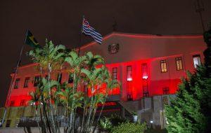 Palácio dos Bandeirantes estampa Dezembro Vermelho na fachada