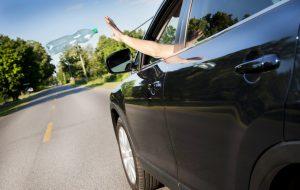 Jogar lixo na rodovia dá multa e pode causar acidentes