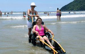 Praia Acessível ajuda pessoas com deficiência a aproveitar o verão
