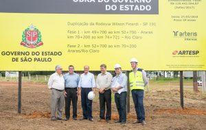 Governador acompanha início de obras de duplicação na SP-191