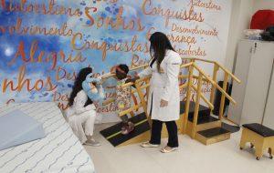 Reabilitada na Rede Lucy Montoro, a angolana Jéssica já pode sorrir