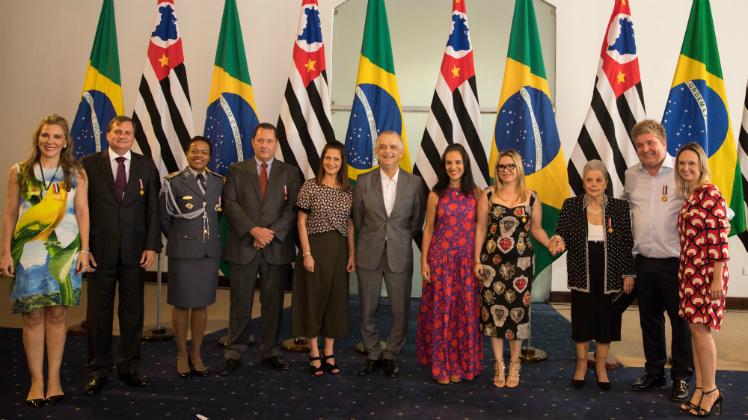 """Personalidades recebem """"Medalha Rosa da Solidariedade"""" em São Paulo"""
