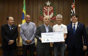 Ganhadores do sorteio de abril recebem prêmios da NF Paulista