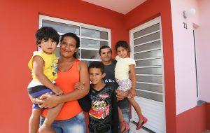 Estado de SP entrega 106 casas para famílias da cidade de Capivari