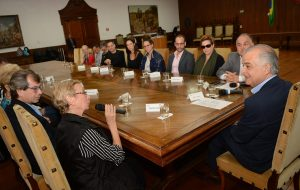 Governador debate cultura em encontro com artistas na capital