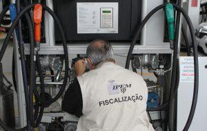 Em blitz, IPEM-SP autua postos de combustíveis na capital