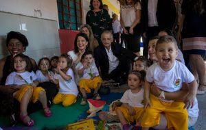 Governador visita Creche Escola e projeto Costurando o Futuro
