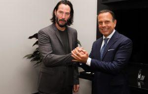 Ator Keanu Reeves visita sede do governo para negociar filmagens