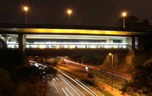 Metrô adere ao Maio Amarelo com iluminação especial nas estações