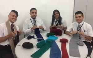 Voluntários do Poupatempo tricotam para Campanha do Agasalho