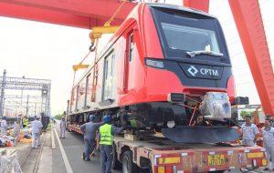 1º trem da Linha 13-Jade, vindo da China, desembarca no Porto de Santos