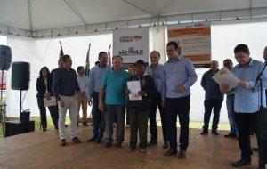Moradores de Buri e Guapiara recebem 466 títulos de regularização fundiária