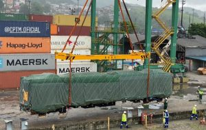 Trens chineses da Linha 13-Jade desembarcam no Porto de Santos