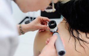 Hospital das Clínicas promove ação de prevenção ao câncer de pele neste sábado (7)