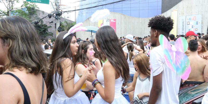 Glitter, pinturas corporais e fantasias: veja dicas para proteger a pele no carnaval