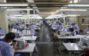 Presos de SP vão confeccionar 320 mil máscaras para proteção contra coronavírus