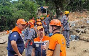 Corpo de Bombeiros e Defesa Civil trabalham nas buscas por vítimas em Embu das Artes
