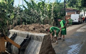 Presos auxiliam na limpeza de bairros atingidos por chuvas em São Vicente