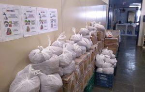Egressos e familiares recebem doações de cestas básicas na região do Vale e Litoral