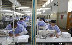 Presos produzem 5,8 milhões de máscaras contra COVID-19