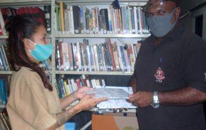 Livro incentiva autoconhecimento e valorização feminina de reclusas