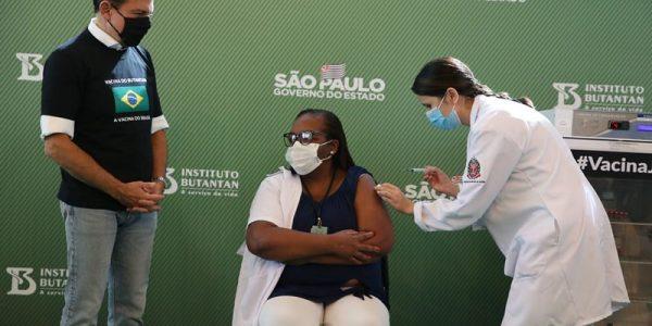 Enfermeira Mônica Calazans é a primeira vacinada no país