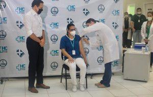 Técnica de Enfermagem da UTI é a primeira vacinada do HC de Botucatu