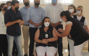 Enfermeira da ala de COVID-19 é a primeira vacinada do Hospital de Base de Rio Preto