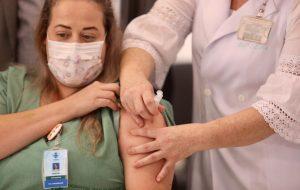 São Paulo vacina um profissional de saúde a cada 3 minutos
