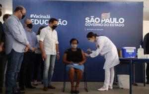 SP inicia vacinação de profissionais da educação com reabertura da Escola Raul Brasil