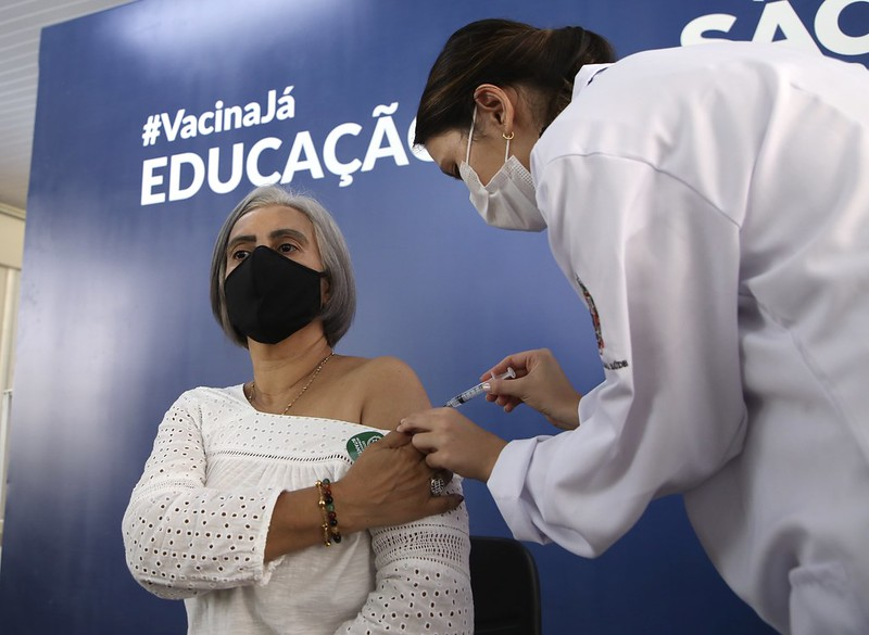 Governo de SP inicia vacinação de profissionais da educação com reabertura da Escola Raul Brasil, em Suzano