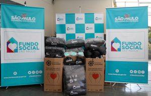 Governo de SP entrega cobertores para pessoas em situação de rua