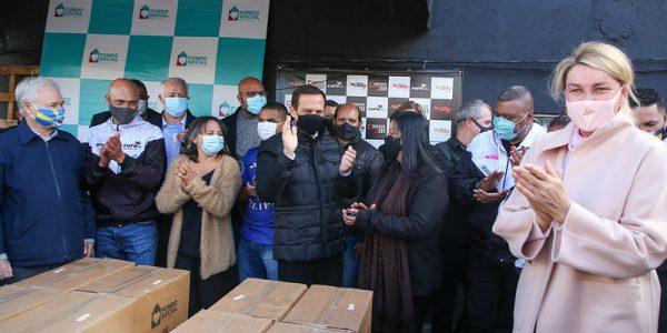 Governo entrega 3 mil cestas básicas e 2 mil cartões em Heliópolis
