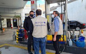 Ipem-SP fiscaliza postos de combustíveis na capital e encontra irregularidades