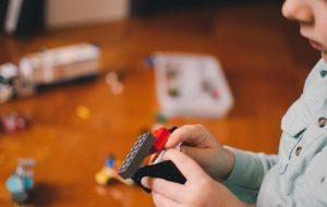 Pesquisas genéticas e comportamentais têm favorecido o diagnóstico de pessoas autistas